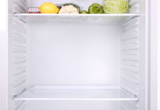 Réfrigérateur à moitié vide Image libre de droits