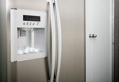 Réfrigérateur avec des cubes en amorçage photos stock