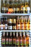 Réfrigérateur avec la variété de bières dans une barre photographie stock