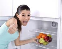 Réfrigérateur avec le fruit photographie stock