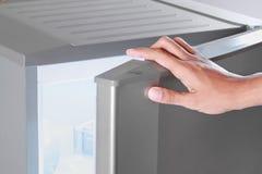 Réfrigérateur d'ouverture de main image stock