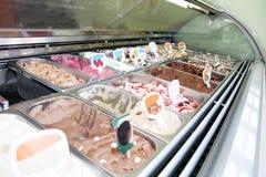 Réfrigérateur de crème glacée avec le compteur en acier italien crémeux et de fruit de crème glacée de portion avec beaucoup de r photos libres de droits