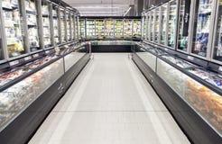 Réfrigérateurs commerciaux dans un grand supermarché image stock