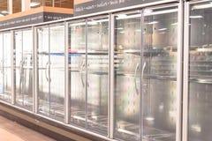 Réfrigérateurs commerciaux vides à l'épicerie en Amérique image libre de droits