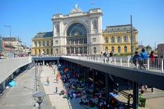 Réfugiés à Budapest, gare ferroviaire de Keleti images libres de droits