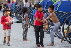 Réfugiés d'enfants à la station de train de Keleti à Budapest Photographie stock libre de droits