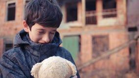 Réfugiés d'enfants contre le contexte des maisons bombardées Guerre banque de vidéos