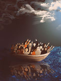 Réfugiés sur un bateau au milieu de la mer orageuse Photos stock