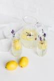 Régénérant l'été des boissons avec la lavande fleurit dans les verres et le pot Photos libres de droits