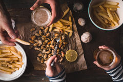 Régalez-vous avec de la bière, moules, pommes de terre frites Photographie stock libre de droits