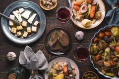 Régalez-vous avec le kasul, le fromage, le pain, les olives et le vin image stock