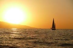 Régate de navigation au coucher du soleil Photos stock