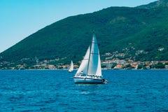 Régate de navigation dans Monténégro Régate sur des yachts dans la baie de Boka Images stock
