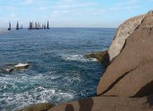 Régate en mer avec des roches Images stock