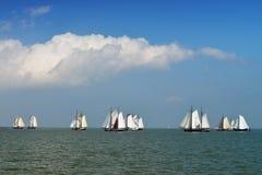Régate pour les bateaux de navigation traditionnels sur le lac IJsselmeer Photographie stock libre de droits