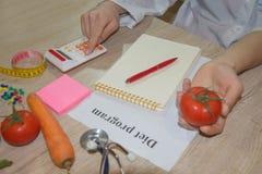 Régime d'aliment biologique naturel sain, composition mûre en fruit de récolte, bande de mesure, calculatrice avec le plan de rég photographie stock libre de droits