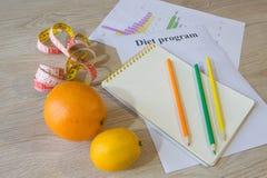 Régime d'aliment biologique naturel sain, composition mûre en fruit de récolte, bande de mesure, calculatrice avec le plan de rég photographie stock