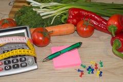 Régime d'aliment biologique naturel sain, composition mûre en fruit de récolte, bande de mesure, calculatrice Suivez un régime le images libres de droits