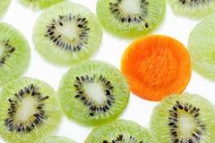 Régime de concept, nourriture biologique Coupe en tranches des kiwis Photographie stock