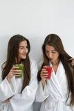 Régime de Detox Femmes en bonne santé buvant du jus frais, Smoothie à l'intérieur Photographie stock libre de droits