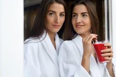 Régime de Detox Femmes en bonne santé buvant du jus frais, Smoothie à l'intérieur Photo stock