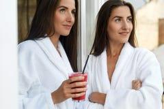 Régime de Detox Femmes en bonne santé buvant du jus frais, Smoothie à l'intérieur Image stock