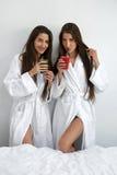Régime de Detox Femmes en bonne santé buvant du jus frais, Smoothie à l'intérieur Images stock