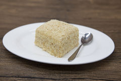 Régime de Dukan Gâteau délicieux frais de régime au régime de Dukan d'un plat de porcelaine avec une cuillère sur un fond en bois Photographie stock libre de droits