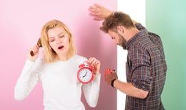 Régime en retard de regret Nous devrions aller au lit plus tôt Les cheveux ébouriffés somnolents de femme et d'homme boivent du c Photo stock