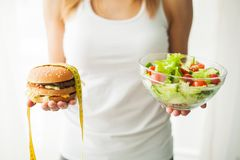 Régime et consommation saine Jeune femme mangeant de la salade saine après séance d'entraînement photo libre de droits