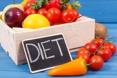Régime et fruits d'inscription avec des légumes en tant que le casse-croûte ou dessert nutritif sain contenant des vitamines photos libres de droits