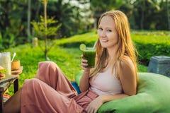 Régime Femme de consommation en bonne santé buvant du jus de légumes vert cru frais de Detox Mode de vie sain, nourriture végétar photo libre de droits