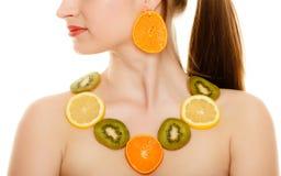 Régime Fille avec le collier des agrumes frais d'isolement Image stock