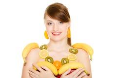 Régime Fille avec le collier des agrumes frais d'isolement Image libre de droits