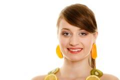 Régime Fille avec le collier des agrumes frais d'isolement Photos libres de droits