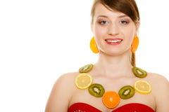 Régime Fille avec le collier des agrumes frais d'isolement Photo stock