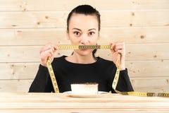 Régime La femme de portrait veut manger un hamburger mais la bouche coincée de skochem, le concept du régime, la nourriture indus images stock