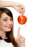 Régime Pomme de offre de fille fruit saisonnier Photo stock