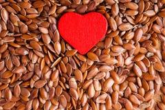Régime sain Lin oléagineux de graines de lin comme fond de nourriture et coeur rouge image stock