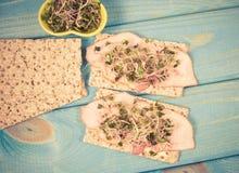 Régime sain Sandwichs avec des pousses de jambon et de brocoli sur le pain croquant Photo stock