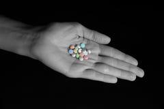 Régimen diario de la píldora - píldoras en mano femenina Foto de archivo