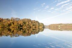 Région boisée d'automne se reflétant dans le lac photographie stock libre de droits