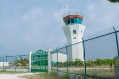 Région d'aéroport entourée avec la barrière située à l'île tropicale Maamigili Photographie stock libre de droits
