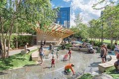 Région d'enfants chez Klyde Warren Park à Dallas du centre, le Texas images libres de droits