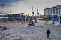 Région d'entrée avec la sculpture des dockers à Londres Excel Exhi image libre de droits