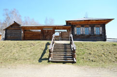 Région d'Irkoutsk, RU-mai, 10 2015 : Rue de village dans le musée extérieur de l'architecture en bois Taltsy Photographie stock
