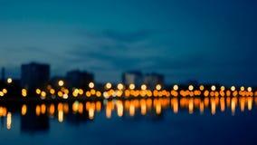 Région de bord de mer de la ville dans la nuit, tir defocused des réverbères brouillés banque de vidéos