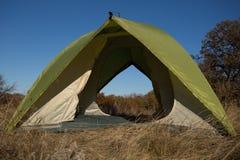 Région de camping avec les tentes multicolores dans la forêt Photo stock