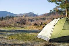 Région de camping avec les tentes multicolores dans la forêt Photos stock