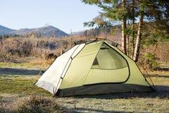 Région de camping avec les tentes multicolores dans la forêt Photos libres de droits